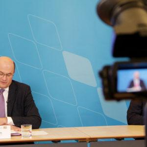 Der bayerische Finanzminister Albert Füracker überweist 2,4 Milliarden Euro an die Kommunen des Freistaats.