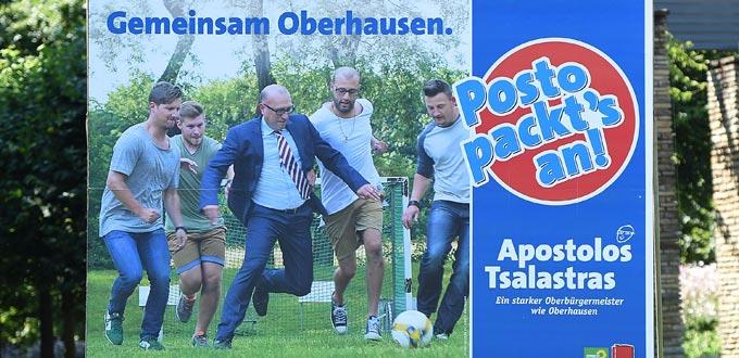 """Kämmerer Apostolo Tsalastras will OB von Oberhausen werden. Dafür spielt """"Posto"""" auch mal im Anzug Fußball."""
