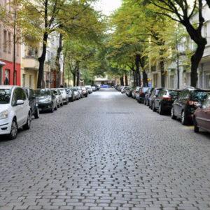Den Einnahmen aus Parkgebühren und Knöllchen stehen hohe Kosten gegenüber, die Kommunen häufig nicht berücksichtigen - wie Lärm und Schadstoffausstoß.