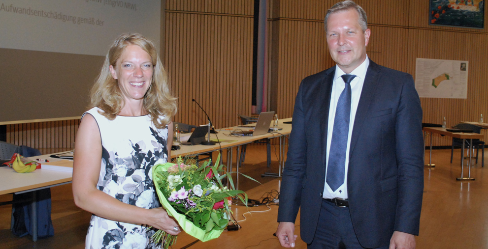 Nahm nach der Wahl die Glückwünsche von Bürgermeister Jürgen Kleine-Frauns entgegen: Bettina Brennenstuhl, zukünftige erste Beigeordnete und Kämmerin der Stadt Lünen.