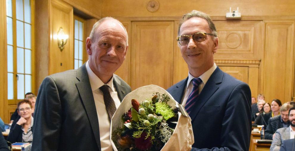 Oberbürgermeister Bernd Tischler (l.) gratulierte Joachim Brunnhofer (r.) zur Wahl des Stadtkämmerers.