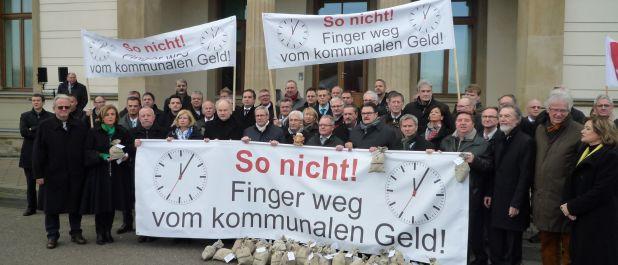Vor dem Landtag in Saarbrücken demonstrieren 49 Bürgermeister gegen den Sparkurs des Landes.