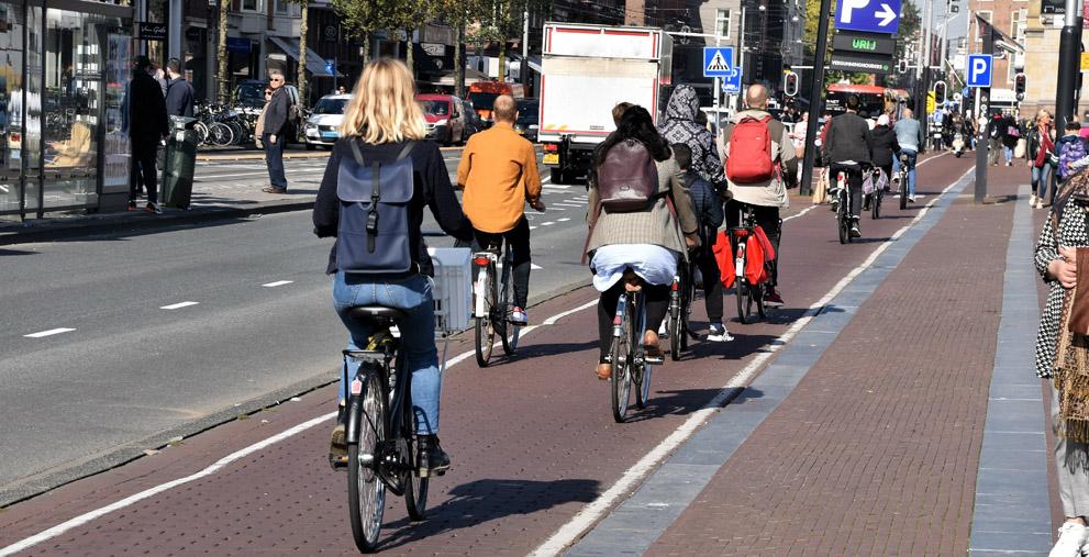 Einen solchen Radweg wie in Amsterdam wünschen sich mittlerweile viele Bürger. Der Bund fördert solche Projekte nun mit 100 Millionen Euro.