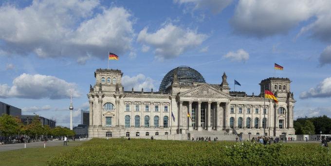 Blick vom Platz der Republik auf das Reichstagsgebäude.