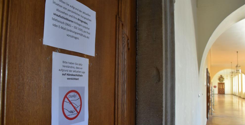 Das Coronavirus sorgt für geschlossene Amtsstuben, hier ein Beispiel aus Fulda.