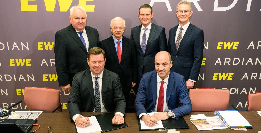 EWE und Ardian machen gemeinsame Sache: Das Management der Oldenburger hat die Verträge für eine Kooperation unterschrieben.