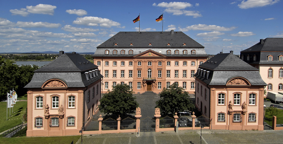 Das Land Rheinland-Pfalz (im Bild der Landtag in Mainz) will seine klammen Kommunen stärker beim Schuldenabbau unterstützen.
