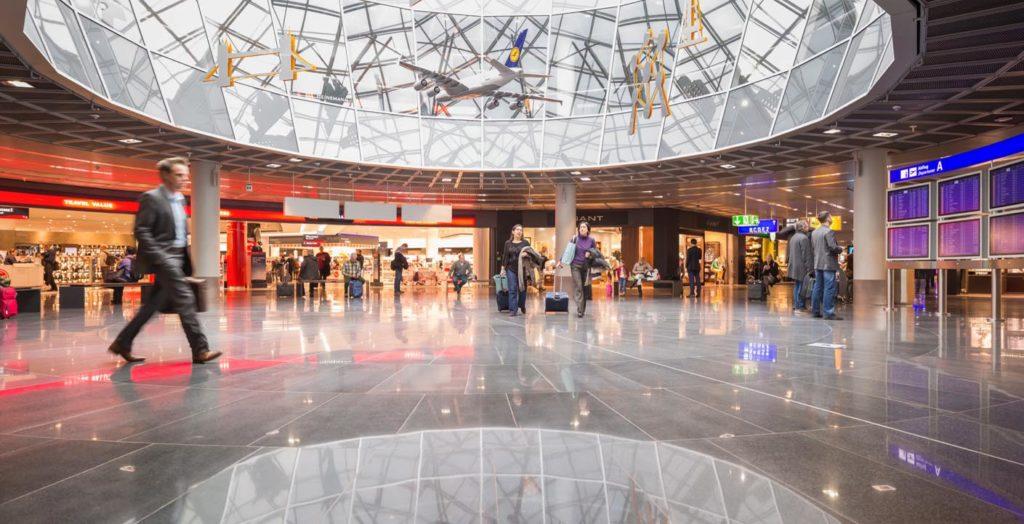 So sieht es am Frankfurter Flughafen nicht mehr aus: Die Geschäfte sind geschlossen, die Hallen leer.