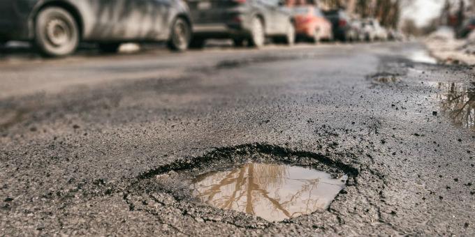 Vielen Kommunen fehlt das Geld um ihre Straßen in Schuss zu halten.