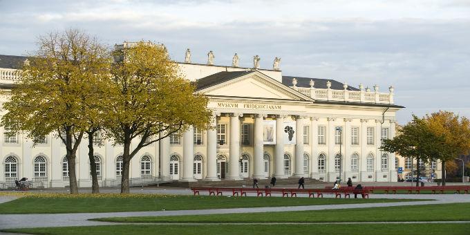 Frontansicht des Museum Fridericianum in Kassel, einer der Ausstellungsorte der documenta.