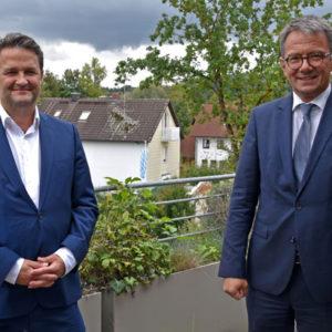Haben die operative Phase der der Wohnungsbaugesellschaft im Landkreis Fürstenfeldbruck eingeleitet: Geschäftsführer Christoph Maier und Landrat Thomas Karmasin (v.l.).