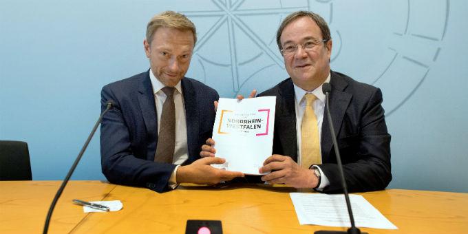 FDP-Chef Christian Lindner (l.) und CDU-Chef Armin Laschet bei der Vorstellung des Koalitionsvertrages.