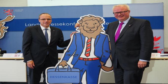 Innenminister Beuth und Finanzminister Schäfer auf der Pressekonferenz mit dem Maskottchen zur Hessenkasse.