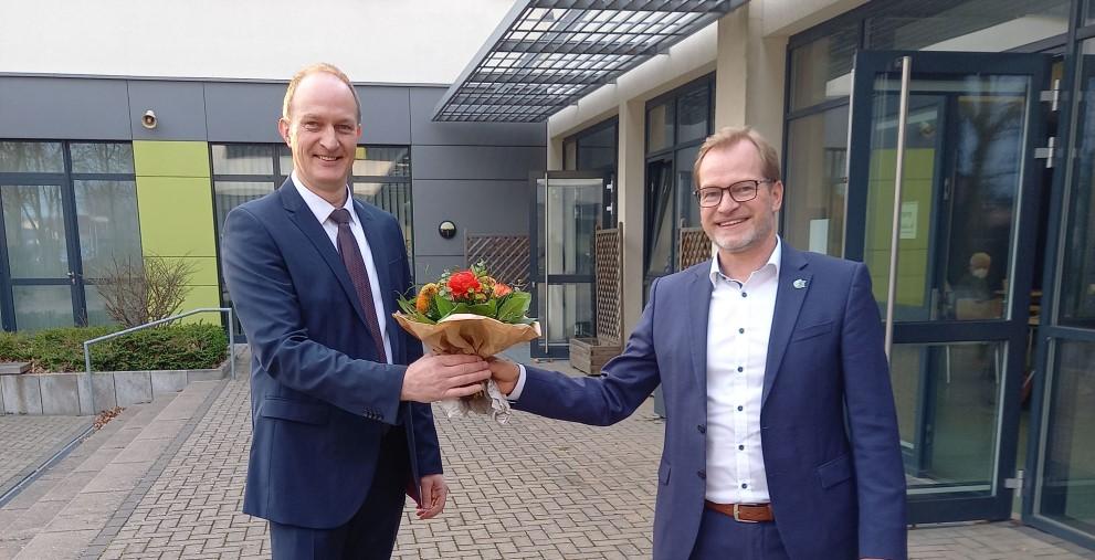 Wird von Bürgermeister Dirk Breves beglückwünscht: der neue Kämmerer der Stadt Petershagen, Stefan Sander (links).