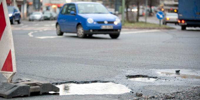 Marode Straßen machen vielen deutschen Unternehmen das Leben schwer.