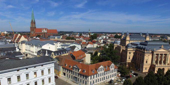 Die hochverschuldete Landeshauptstadt Schwerin bleibt eines der Sorgenkinder des Rechnungshofes Mecklenburg-Vorpommern.