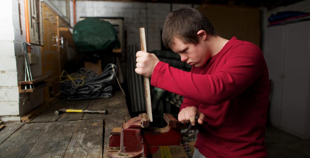 Teenager in einer Behindertenwerkstatt: Gemeinnützige Betrieben dürfen nicht automatisch den niedrigeren Umsatzsteuersatz berechnen, hat nun der Bundesfinanzhof entschieden.