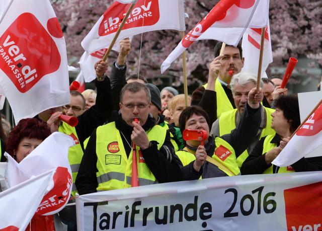 Gewerkschafter demonstrieren vor einem Tagungshotel in Potsdam.