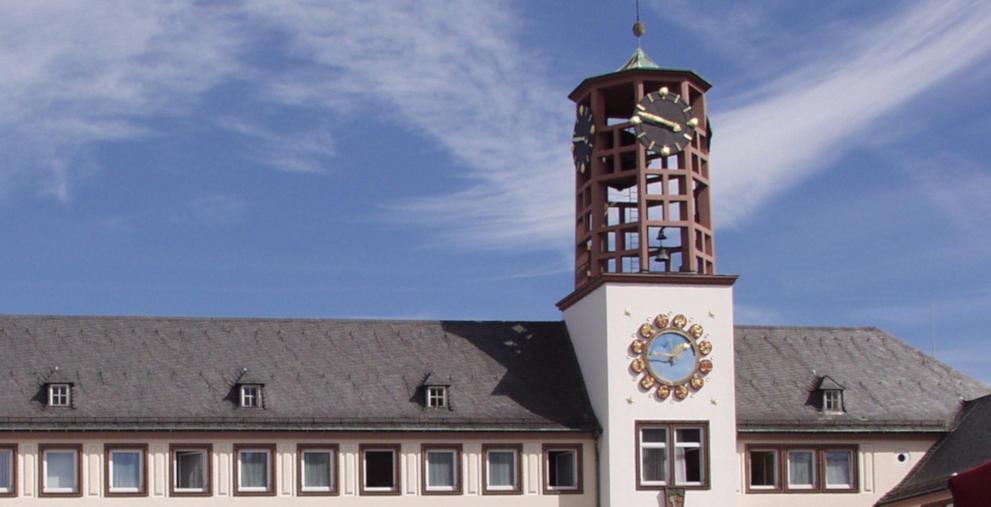 Rathaus in Worms: Die Stadt will nun einen defizitären Haushaltsplan vorlegen.