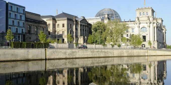 Blick über die Spree zum Reichstagsgebäude.
