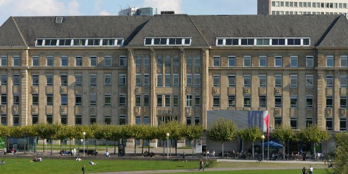 Sitz der Staatskanzlei in Düsseldorf: Das Land NRW stellt sich in der Flüchtlingspolitik neu auf.
