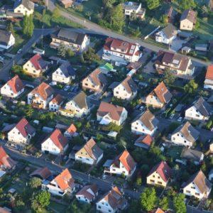 Die Grundsteuer-Novelle könnte für Grundstückseigentümer in Ostdeutschland teure Folgen haben.