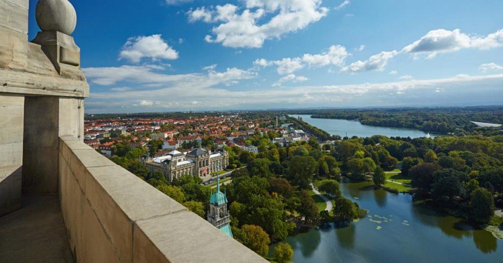 Ringt mit dem Land um ihre Finanzausstattung: die niedersächsische Landeshauptstadt Hannover; hier der Blick von Rathauskuppel.
