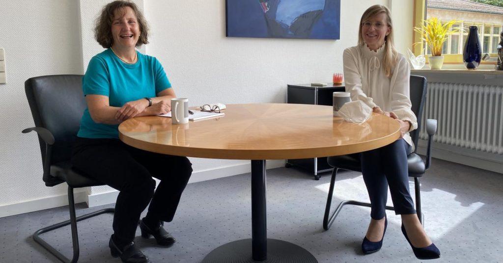 Amtswechsel in der Kämmerei: Susanne Moroff und OBM Katrin Albsteiger (rechts).