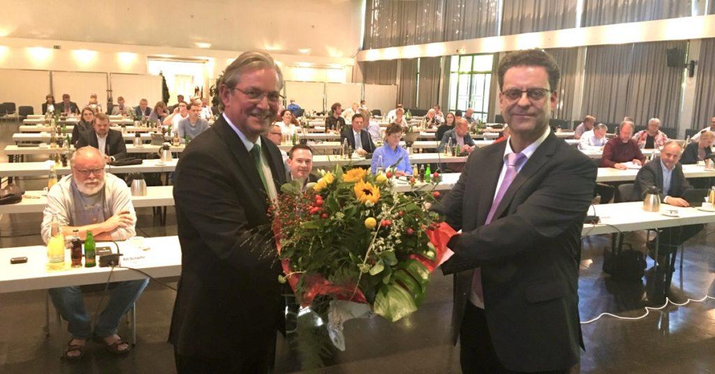 Paderborns Bürgermeister Michael Dreier gratuliert Markus Tempelmann zu seiner Wahl zum neuen Kämmerer (v.l.).