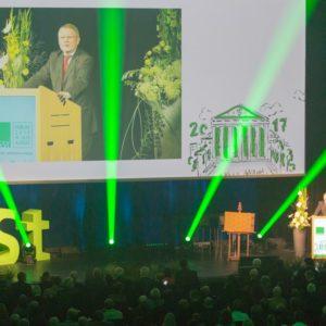 Impressionen vom KGSt-Forum 2017: Auch vor vier Jahren sprach Hans-Günter Henneke zum Publikum. Dieses Mal ist die Veranstaltung zudem digital und hybrid gestartet.