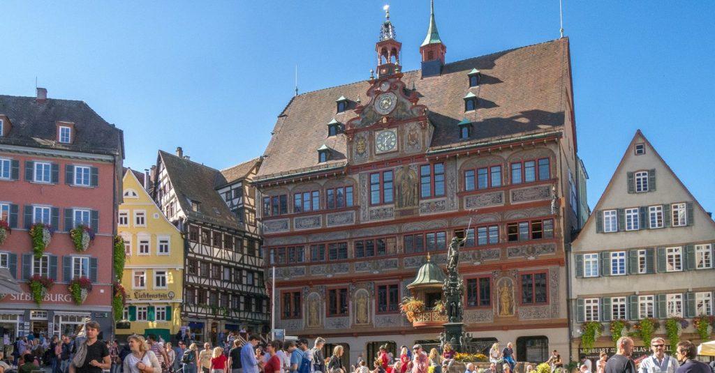 Die Universitätsstadt Tübingen will mit neuen Parkgebühren einen Beitrag zum Klimaschutz leisten und den ÖPNV stärken.