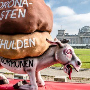 Der Esel ächzt unter der Last: Mit diesem Motiv machen Kommunen in Berlin auf ihre Finanznöte aufmerksam.